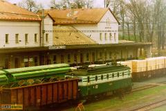 1999 - 11 13 - Nezamyslice, 140089 s nákladním v mlze